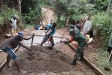 Babinsa kerja bakti lakukan pengecoran jalan Kampung Barapari