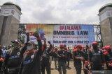 Cerminan DPR saat Rapat Paripurna Pengesahan UU Cipta Kerja