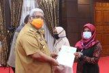 Gubernur Sulawesi Tenggara serahkan 15.000 sertifikat tanah