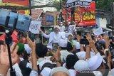 Rizieq Shihab  disambut  para pengikut di kediamannya