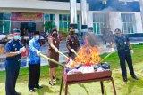 Kejari Kupang musnahkan ribuan karung pakaian selundupan