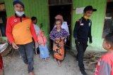 Evakuasi warga lansia di lereng Gunung Merapi