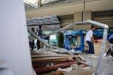 Petugas membersihkan puing fasilitas yang rusak di Terminal 3 Bandara Soekarno Hatta, Tangerang, Banten, Selasa (10/11/2020). Pasca penyambutan kedatangan Habib Rizieq Shihab (HRS), sejumlah fasilitas mengalami kerusakan akibat massa yang berdesakan di kawasan tersebut. ANTARA FOTO/Fauzan/pras.