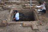 Anggota tim Balai Pelestarian Cagar Budaya (BPCB) Jawa Timur mengukur lebar sumuran yang ditemukan saat penggalian di situs Pendem, Batu, Jawa Timur, Kamis (12/11/2020). Penemuan sumuran (struktur batu bata menyerupai sumur) berbentuk persegi yang ditemukan saat penggalian memperkuat dugaan bahwa situs tersebut merupakan candi peninggalan kerajaan Mataram Kuno di abad ke-9 Masehi. ANTARA FOTO/Ari Bowo Sucipto/nym.