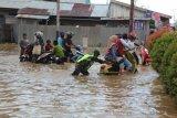Sungai Indragiri meluap, TNI dan Polri berjibaku bantu warga