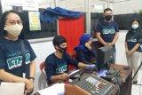 Warga Minahasa Tenggara melakukan perekaman KTP jelang pemungutan suara