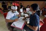 Petugas Dinas Kependudukan dan Catatan Sipil (Disdukcapil) Kota Denpasar melayani warga yang mengurus dokumen administrasi kependudukan dalam Pelayanan Jemput Bola (JB) Pelayanan Langsung Jadi (Pelangi) di Kantor Lurah Pedungan, Denpasar, Bali, Minggu (15/11/2020). Pelayanan Jemput Bola (JB) Pelayanan Langsung Jadi (Pelangi) yang digelar selama bulan November 2020 di empat desa/kelurahan se-Denpasar tersebut untuk mendukung pemenuhan kebutuhan dokumen Administrasi Kependudukan (Adminduk) sekaligus inovasi mendukung terciptanya pelayanan yang maksimal di tengah pandemi COVID-19. ANTARA FOTO/Nyoman Hendra Wibowo/nym.