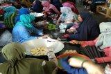 Puluhan ibu-ibu di Kapuas dilatih usaha buat abon ikan