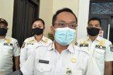 Tim Penertiban Kota Mataram menertibkan APK tertempel di angkot