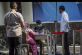 Presiden Joko Widodo (Jokowi) meninjau simulasi pemberian vaksinasi COVID-19 di Puskesmas Tanah Sareal, Kota Bogor, Jawa Barat, Rabu (18/11/2020). Dalam kunjungannya, Jokowi meninjau satu persatu tahapan simulasi pemberian vaksin COVID-19, dan juga meminta pada saat pemberian vaksinasi nanti lebih sempurna sehingga aman, cepat dan memperhatikan protokol kesehatan. ANTARA FOTO/Yulius Satria Wijaya/nym.
