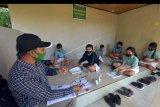 Sejumlah siswa kelas V SD Negeri 1 Cempaga mengikuti belajar tatapmuka di Pos Kamling Desa Cempaga, Buleleng, Bali, Rabu (18/11/2020). Kegiatan belajar tatap muka tersebut digelar sejak bulan September 2020 dengan menerapkan protokol kesehatan serta membagi jumlah siswa per kelompoknya di setiap dusun karena sulitnya sinyal telepon seluler dan akses internet di kawasan itu. ANTARA FOTO/Nyoman Hendra Wibowo/nym