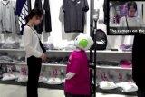 Robot ini jadi staf toko untuk ingatkan pengunjung pakai masker
