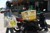 Seorang kurir bersiap mengantarkan barang yang dipesan konsumen di Pasar ModernJoyo Agung, Malang, Jawa Timur, Rabu (18/11/2020). Pemerintah berupaya mendorong pertumbuhan bisnis ritel dengan memberikan stimulus ekonomi, pembukaan aktivitas perdagangan dengan protokol kesehatan yang ketat serta dukungan terhadap transformasi digital guna mendongkrak pertumbuhan ekonomi nasional yang menurut catatan Kementerian Perdagangan sektor tersebut mempunyai kontribusi tinggi saat pandemi. Antara Jatim/Ari Bowo Sucipto/zk
