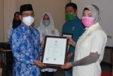 Kemenag serahkan sertifikat halal kepada 16 pelaku usaha di Sulawesi Selatan