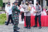 Kapolda Sulsel serahkan 2.000 paket bantuan Presiden Jokowi untuk warga