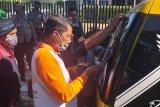 Tim tertibkan APK paslon Wali Kota Mataram terpasang di angkot