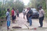 Warga Papua palang jalan trans tiga kabupaten