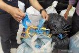 Polisi ungkap sebanyak  2,5 ton sarung tangan medis bekas akan diedarkan
