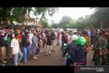 Aparat TNI-Polri bersitegang dengan massa FPI saat copot spanduk Rizieq