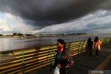 Potensi hujan lebat disertai angin di Jawa dan Sumatera