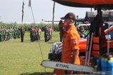 Petugas mengikuti apel kesiapsiagaan bencana hidrometeorologi di lapangan Desa Wonojoyol, Kediri, Jawa Timur, Sabtu (21/11/2020). Apel gabungan dari BPBD, TNI, Polisi, Satpol PP, Hansip, Tagana dan relawan tersebut sebagai upaya kesiapan menghadapi bencana yang dipengaruhi oleh faktor cuaca seperti banjir, tanah longsor, hingga puting beliung. Antara Jatim/Prasetia Fauzani/mas.
