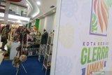 Pengunjung mengamati kerajinan tangan di salah satu stand pameran Usaha Mikro Kecil Menengah (UMKM) yang diselenggarakan pemerintah daerah Kota Kediri di salah satu pusat perbelanjaan di Kota Kediri, Jawa Timur, Sabtu (21/11/2020). Kegiatan bertajuk