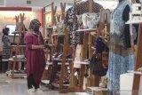 Pengunjung mengamati dompet batik di salah satu stand pameran Usaha Mikro Kecil Menengah (UMKM) yang diselenggarakan pemerintah daerah Kota Kediri di salah satu pusat perbelanjaan di Kota Kediri, Jawa Timur, Sabtu (21/11/2020). Kegiatan bertajuk