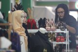Pengunjung mengamati sepatu di salah satu stand pameran Usaha Mikro Kecil Menengah (UMKM) yang diselenggarakan pemerintah daerah Kota Kediri di salah satu pusat perbelanjaan di Kota Kediri, Jawa Timur, Sabtu (21/11/2020). Kegiatan bertajuk