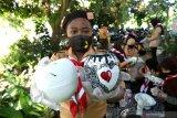 Anggota Pramuka menunjukkan hasil kerajinan pot bunga dari bahan bekas di Yasmine  Kalipuro, Banyuwangi, Jawa Timur, Rabu (18/11/2020). Edukasi mengolah sampah yang sulit terurai seperti styrofoam, plastik dan kain menjadi kerajinan pot bunga itu sebagai giat Pramuka peduli lingkungan sekaligus mengenalkan peluang usaha yang bernilai ekonomis. Antara Jatim/Budi Candra Setya/mas.