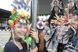 Sejumlah anak bersiap mengikuti gladi bersih World Kids Carnival (WKC) di Jember, Jawa Timur, Sabtu (21/11/2020). WKC merupakan perhelatan yang diinisiasi manajemen Jember Fashion Carnaval (JFC) yang akan diselenggarakan secara virtual pada Minggu (22/11/2020) dengan peserta 12 negara dari lima benua. Antara Jatim/Seno/mas.