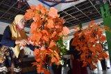 Peserta menyelesaikan pembuatan pohon hias plastik saat mengikuti pelatihan pembuatan pohon hias di Kota Madiun, Jawa Timur, Sabtu (21/11/2020). Pelatihan yang merupakan kegiatan pemberdayaan masyarakat pada masa pandemi COVID-19 tersebut dimaksudkan untuk memberikan keterampilan kepada masyarakat agar mampu membuat kerajinan yang bisa menghasilkan pendapatan. Antara Jatim/Siswowidodo/mas.