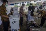 Petugas membantu warga lanjut usia mengikuti simulasi pemungutan suara Pilkada Kabupaten Bandung 2020 di TPS 109, Baleendah, Kabupaten Bandung, Jawa Barat, Sabtu (21/11/2020). Komisi Pemilihan Umum RI melaksanakan simulasi penghitungan suara secara serentak di Indonesia guna mengoptimalisasi jalannya pemungutan suara sekaligus penerapan protokol kesehatan  Pandemi COVID-19 pada pelaksanaan Pilkada Serentak 2020 pada desember mendatang. ANTARA JABAR/Novrian Arbi/agr