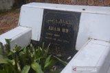 Petugas Kebersihan Pemkot Padang Panjang bikin berseri makam Adam BB
