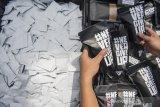 Anggota kepolisian Sat Reserse Narkoba Polrestabes Bandung menunjukan barang bukti tembakau sintesis (tembakau gorila) dalam kemasan siap edar saat rilis pengungkapan industri rumahan pengolahan narkoba di Polrestabes Bandung, Bandung, Jawa Barat, Senin (23/11/2020). Satuan Reserse Narkoba Polrestabes Bandung berhasil mengamankan barang bukti sebanyak 150 kg tembakau sintesis, 2 kg serbuk warna putih, berbagai alat pengolahan dari sembilan tersangka berinisial HF, HS, ARB, BCL, BCH, SM, AN, RD, AA dan diancam hukuman pidana hukuman mati atau pidana penjara paling lama 20 tahun. ANTARA JABAR/M Agung Rajasa/agr