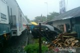Kereta api menabrak mobil di Pariaman