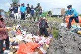 Petugas Bea Cukai Kualanamu melaksanakan pemusnahan sejumlah barang hasil sitaan atau Barang Milik Negara (BMN).