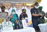 Kepala Kantor Bea Cukai Kualanamu Elfi Haris (tengah) memperlihatkan sejumlah barang hasil sitaan atau Barang Milik Negara (BMN) sebelum dimusnahkan.