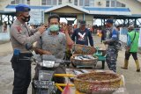 Personil Polisi Air dan Udara bersama TNI AL membagikan masker kepada nelayan dan pedagang keliling di pusat pelelangkan ikan Pelabuhan Perikanan Samudera, Kotaraja, Banda Aceh, Aceh, Selasa (24/11/2020). Pemerintah terus meningkatan penegakkan disiplin protokol kesehatan kepada masyarakat, salah satunya di pusat keramaian tempat pelelangan ikan untuk menekan peningkatan kasus COVID-19. Antara Aceh/Ampelsa.
