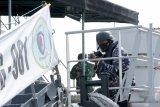 Prajurit TNI-AL menggelar peran tempur di atas KRI Karang Pilang-981 di Pangkalan Angkatan Laut Banyuwangi, Jawa Timur, Selasa (24/11/2020). Uji terampil Lanal Banyuwangi yang digelar setiap tahun itu untuk melatih kesiapsiagaan prajurit dalam mengantisipasi gangguan keamanan. Antara Jatim/Budi Candra Setya/um