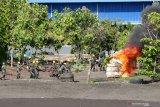 Prajurit TNI-AL menggelar peran kebakaran di Pangkalan Angkatan Laut Banyuwangi, Jawa Timur, Selasa (24/11/2020). Uji terampil Lanal Banyuwangi yang digelar setiap tahun itu untuk melatih kesiapsiagaan prajurit dalam mengantisipasi gangguan keamanan. Antara Jatim/Budi Candra Setya/um