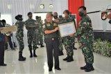 Wakil ketua MPR Sjarifuddin Hasan beri piagam penghargaan Yonif Raider 300/Brajawijaya