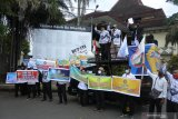 Sejumlah guru tidak tetap (GTT) dan pegawai tidak tetap (PTT) melakukan aksi di Kantor DPRD Jember, Jawa Timur, Rabu (25/11/2020). Dalam aksinya puluhan GTT - PTT di Kabupaten Jember menggugat bupati karena pemerintah daerah tidak memperhatikan nasib mereka, seperti pemenuhan honor GTT - PTT sesuai UMK Jember, dan honor dianggarkan di APBD Kabupaten Jember. Antara Jatim/Seno/Um