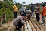 Jembatan penghubung di Desa Karya Mukti  OKU amblas