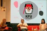 Komisioner KPU Jawa Timur Divisi Sosialisasi, Pendidikan Pemilih dan Partisipasi Masyarakat Gogot Cahyo Baskoro (tengah) dan anggota Paskibraka 2017 Fariza Putri Salsabila (kanan) menyampaikan materi tentang Pilkada Serentak 2020 saat diskusi bertajuk