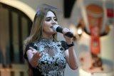 Pedangdut keturunan Belanda Irenne Ghea Monderella menyanyikan lagu di sela-sela diskusi bertajuk
