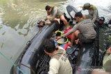 Prajurit Batalyon Intai Amfibi 2 Marinir (Yontaifib 2 Mar) Pasmar 2 melakukan pencarian korban tenggelam di Kali Buntung desa Tawangsari, Taman, Sidoarjo, Jawa Timur, Rabu (25/11/2020). Pencarian korban tenggelam (Dani Pramana Putra) yang dilakukan 13 prajurit Batalyon Intai Amfibi 2 Marinir dibawah pimpinan Letda Mar Tri Candra berhasil menemukan korban tenggelam setelah semalaman melakukan pencarian. Antara Jatim/Dispen Kormar/Um