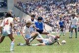 Maradona di mata mantan kiper Inggris Peter Shilton, terhebat tapi tidak sportif