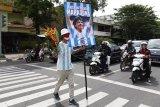 Suporter sepakbola Pasoepati mengusung poster ucapan duka cita untuk mengenang legenda sepakbola dunia Diego Maradona yang meninggal dunia saat aksi, di Solo, Jawa Tengah, Kamis (26/11/2020). Pesepakbola asal Argentina Diego Maradona meninggal dunia dalam usia 60 tahun karena menderita serangan jantung. ANTARA FOTO/Maulana Surya/nym.