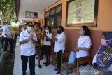 Wali Kota Jefri Kore serahkan bantuan perlengkapan sekolah untuk siswa