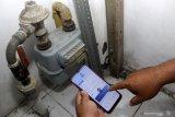 Pelanggan melihat Catat Meter Mandiri PGN melalui aplikasi di kawasan Pondok Jati, Sidoarjo, Jawa Timur, Jumat (27/11/2020). PT Perusahaan Gas Negara Tbk (PGN) melakukan inovasi untuk meningkatkan mutu pelayanan dengan aplikasi Catat Meter Mandiri di Google Playstore untuk pelanggan rumah tangga dan pelanggan kecil mengetahui jumlah pemakaian gas selama satu bulan. Antara Jatim/Umarul Faruq/Mas